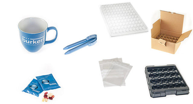 Tasse, Blöcke, Kugelschreiber und weitere Materialien auf weißem Hintergrund